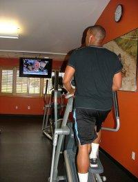 ćwiczenia na przyrządach na siłowni