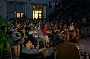 Ludzie oglądający film w kinie