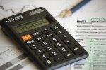 kalkulator i ołówek na formularzu PIT
